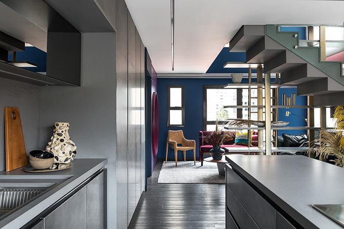 Chính giữa là tủ sách, ngăn không gian tiếp khách và bếp.