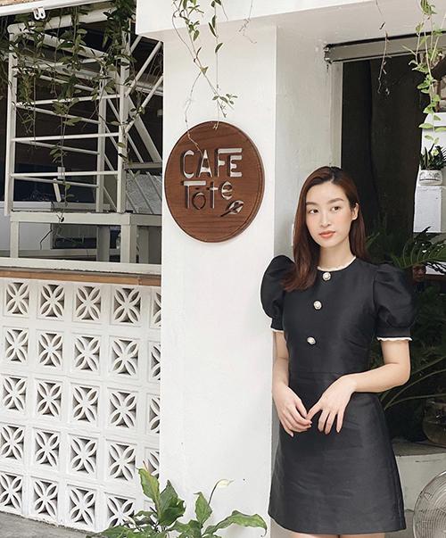 Đầm liền thân, màu đơn sắc của Đỗ Mỹ Linh không còn nhàm chán nhờ cách bố trí phần tay bồng điệu đà và hàng cúc to bản, sắc màu tương phản.
