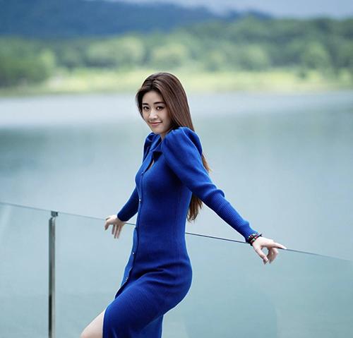 Ảnh hưởng từ phong cách cổ điển, váy áo tay bồng là trang phục được Khánh Vân và nhiều sao Việt chọn lựa để sử dụng ở mùa hè thu. Chị em công sở cũng có thể học lỏm cách mix đồ của sao để đẹp hơn khi đến văn phòng, dạo phố hay đi du lịch.