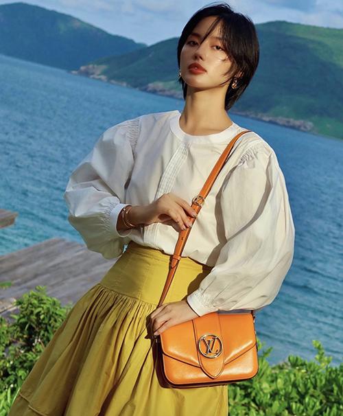 Từ phong cách đặc trưng của dòng thời trang vintage, áo tay bồng còn được biến tấu đa da dạng. Khánh Linh chọn đầm vàng mù tạt để phối cùng áo trắng kiểu dáng mới mẻ.