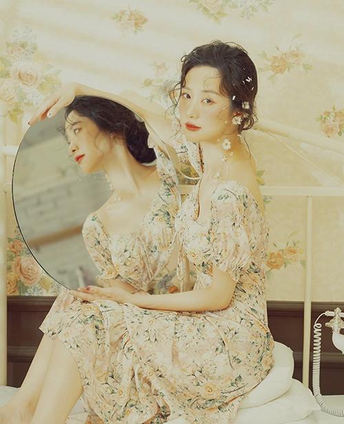 Váy in hoa trang nhã, hợp mốt của Jun Vũ cho các bạn gái thích phong cách tiểu thư.