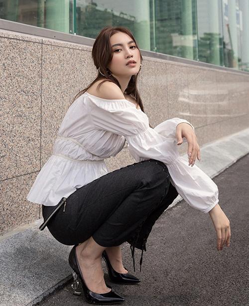 Lan Ngọc diên nguyên set đồ trắng - đen với điểm nhấn bắt mắt ở mẫu áo trễ vai được tô điểm phần tay mang hơi hướng phong cách bohemian.
