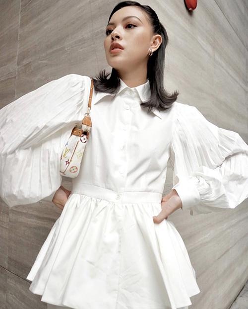 Sơ mi trắng quen thuộc của Tú Hảo trở nên hút mắt hơn với cách trang trí đường xếp ly nguyễn cho phần tay áo.