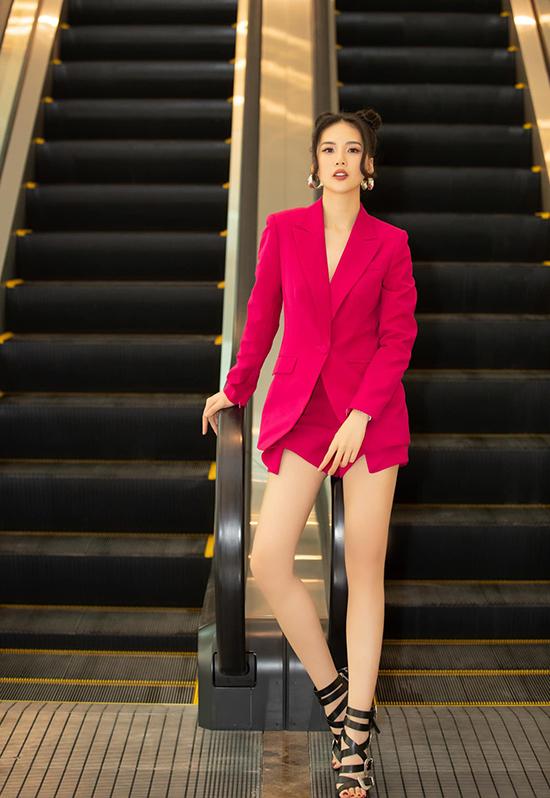 Tại buổi họp báo, Quỳnh Hoa hoá thân thành búp bê cá tính với suit cách điệu màu hồng, sandals đan dây hầm hố và kiểu tóc natra.