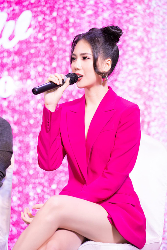 Quỳnh Hoa rất phấn khích với chương trình này. Trước đó, siêu mẫu từng tham gia trình diễn trong show Cổ tích hiện đại của nhà thiết kế.