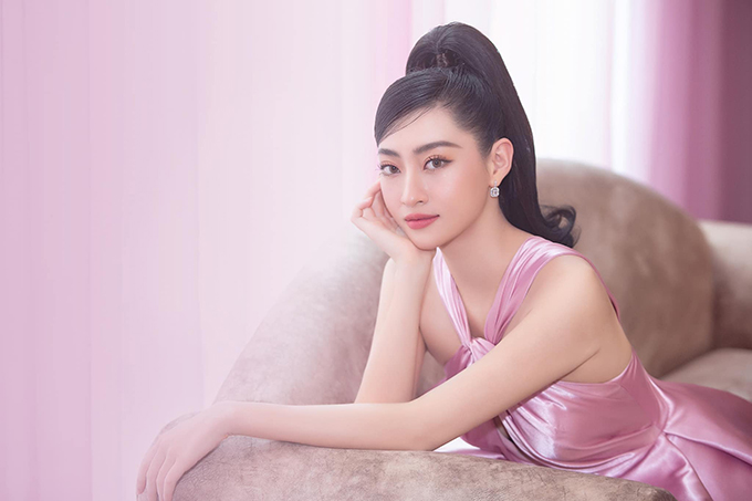 Ngày 12/9, hoa hậu Lương Thuỳ Linh xuất hiện như một nàng công chúa với bộ váy được Đỗ Long thiết kế riêng tại buổi họp báo giới thiệu Búp bê show của NTK Phương Hồ.