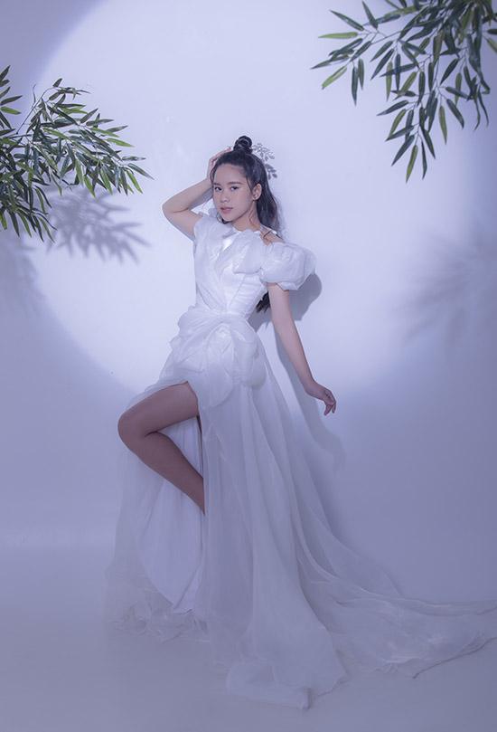Do Covid-19 Bella Vũ đã chuyển từ Singapore về Việt Nam sống và học tập. Cô bé có nhiều cơ hội tham gia các hoạt động nghệ thuật trong nước hơn. Sắp tới Hoa hậu nhí sẽ tham gia một số chương trình thời trang thiếu nhi và thử sức làm MC chương trình Siêu mẫu nhí cùng nghệ sĩ hài Anh Đức.