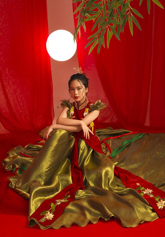 Bộ cánh kết hợp giữa áo dài và áo tứ thân, thêu hoạ tiết phượng hoàng, hoa sen được nhà thiết kế Nguyễn Minh Tuấn thực hiện cho sưu tập mừng Trung thu năm nay.
