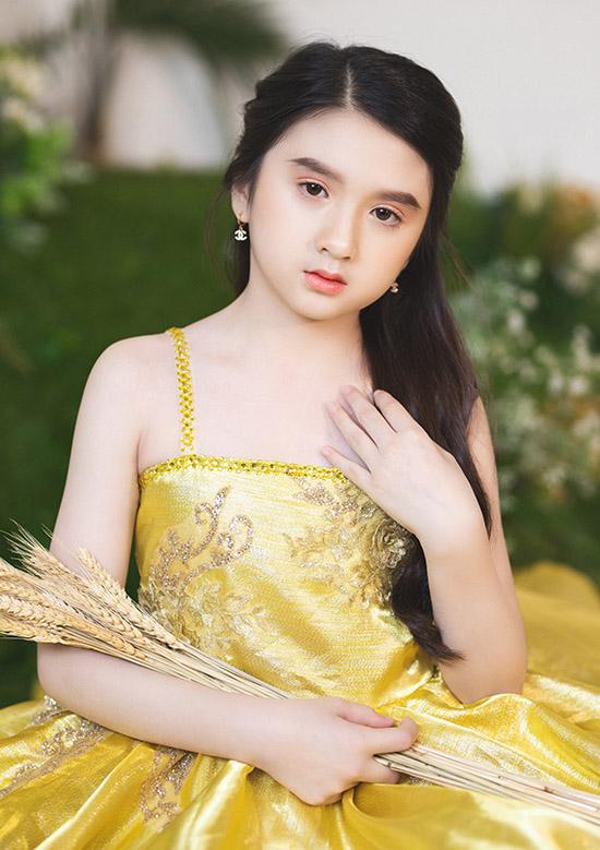 [Caption] Diễm Quỳnh bén duyên với thời trang khi tham gia vào sinh hoạt người mẫu nhí Starkids. Cô bé tranh thủ những ngày nghỉ cuối tuần cùng mẹ xuống Sài Gòn để tập luyện catwalk cùng các bạn.