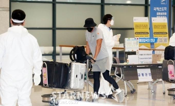 Ngay sau đó, Hyun Bin đẩy hành lý tiến về bãi đậu xe của sân bay.