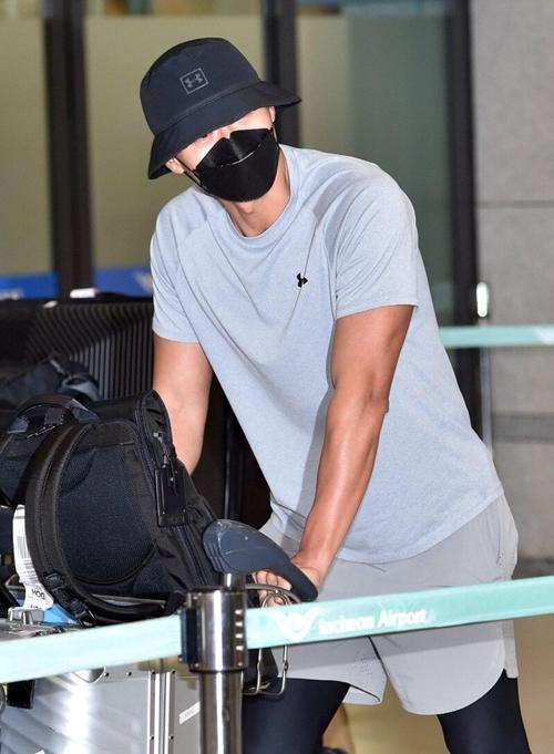 Tại sân bay, hơn 10 fan có mặt chào đón Hyun Bin. Tài tử Hạ cánh nơi anh chào hỏi fan rất thân thiện. Tuy nhiên, anh nhắc mọi người không nên đến quá gần anh để phòng tránh dịch. Trở về nhà, Hyun Bin sẽ tự cách ly hai tuần trước khi quay lại với công việc.