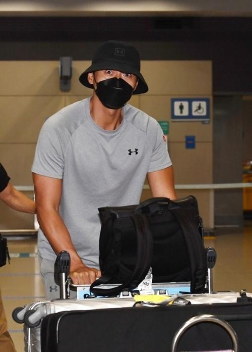 Chiều 12/9, Hyun Bin đáp chuyến bay xuống sân bay Incheon, Seoul, Hàn Quốc, kết thúc đợt quay ngoại cảnh phim điện ảnh Bargaining tại Jordan.