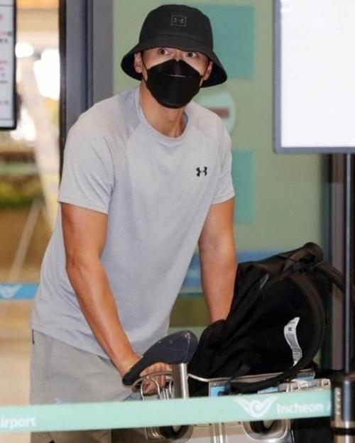Anh mặc đồ thể thao, đội mũ và đeo khẩu trang khi xuống máy bay. Đáng ra, Hyun Bin về lại Hàn Quốc hôm 10/9. Nhưng do lý do khách quan tại Jordan, anh về trễ hai ngày so với kế hoạch.