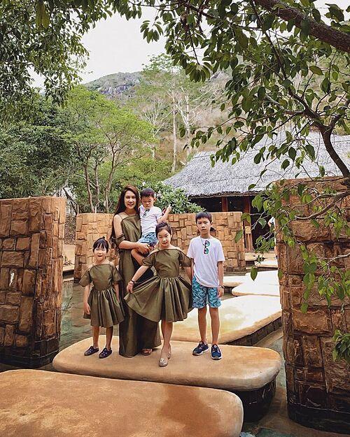 Minh Hà bên 4 con trong chuyến du lịch nghỉ dưỡng ở Nha Trang.