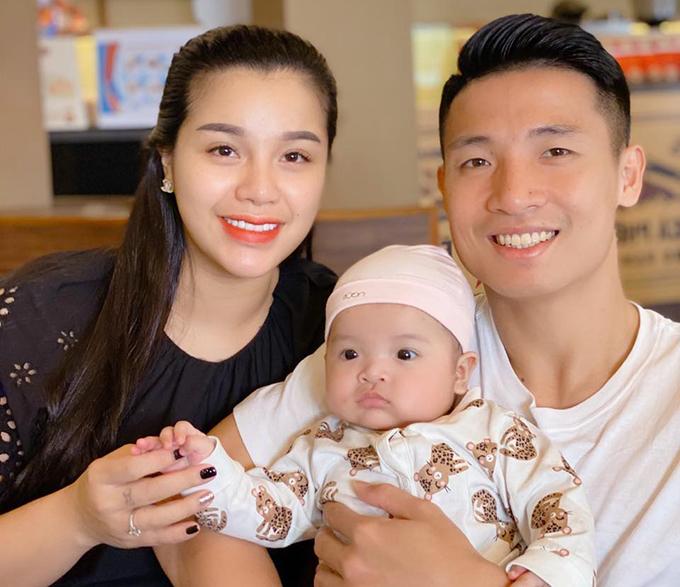 Vợ chồng Bùi Tiến Dũng và con gái Sushi. Ảnh: BTD.