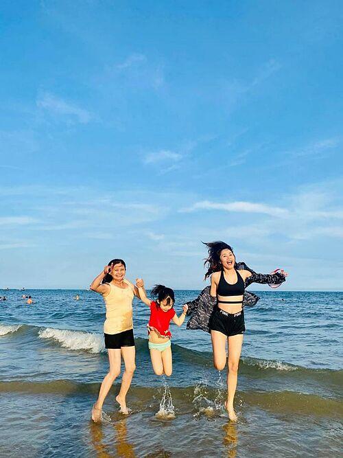 Diễn viên Thanh Hiền nô đùa trên biển cùng mẹ và con gái Grammy.