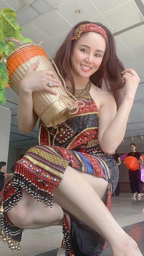 Ca sĩ Vy Oanh thích thú khi hoá thôn nữ.