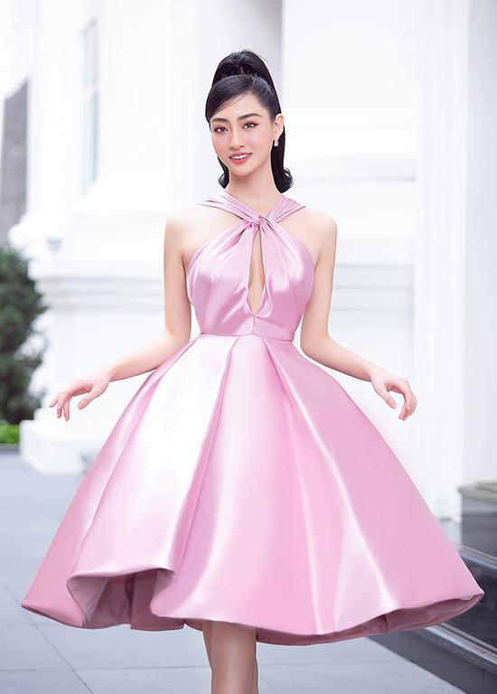 Hoa hậu Lương Thùy Linh hóa công chúa ngọt ngào với mẫu đầm cổ yếm xòe rộng bồng bềnh do NTK Đỗ Long thực hiện.