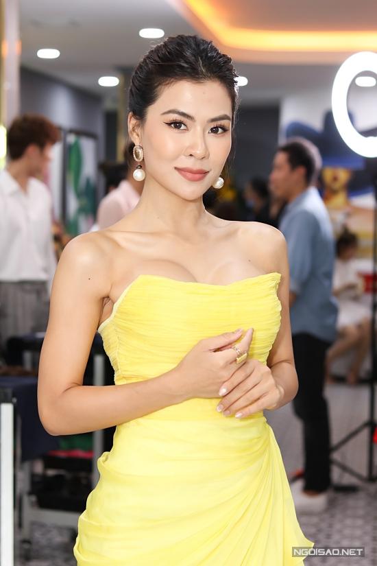Ca sĩ Hà Nhi cũng chọn váy tôn ngực đầy gợi cảm.