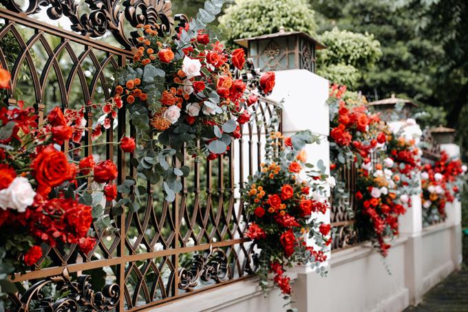 Hàng rào cũng được tô điểm với các loài hoa. Ekip cắm hoa vào xốp để giữ hoa tươi lâu. Tiết trời thu, gió nhẹ, ít nắng cũng tạo điều kiện thuận lợi cho việc trang trí tư gia bởi hoa tươi.