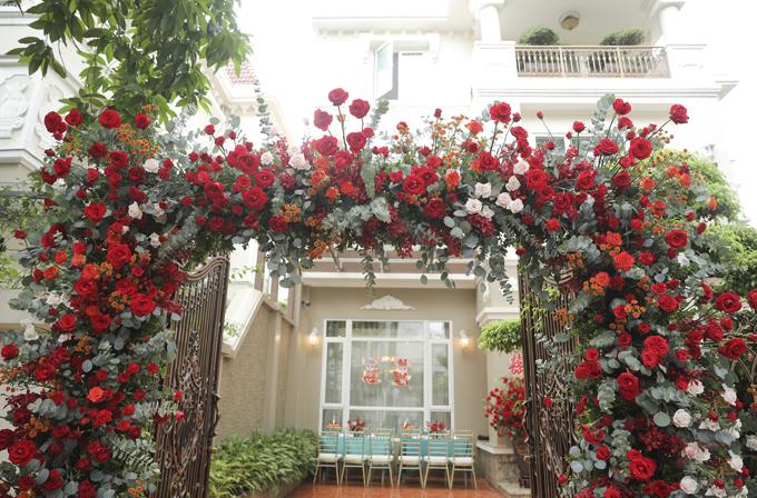 Cổng chào được phủ kín bởi hồng nhung, hồng phấn.
