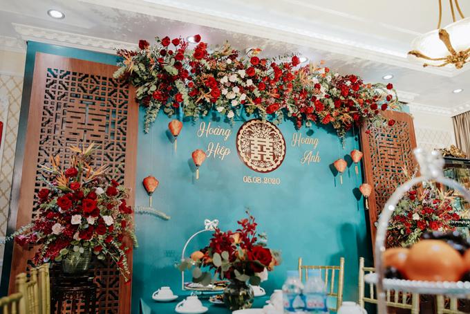 Vật liệu gỗ khắc chữ hỷ hai bên phông nền giúp gia tăng tính truyền thống của lễ thành hôn.