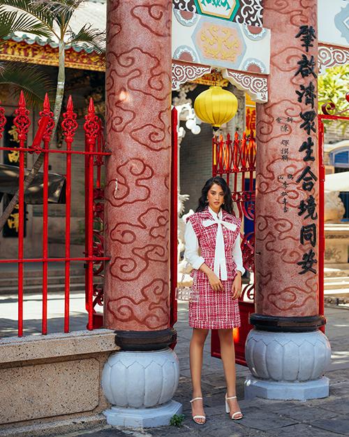 Thông qua bộ ảnh, nhà thiết kế Lê Thanh Hòa kêu gọi khán giả trở lại với những chuyến đi khám phá vẻ đẹp của đất nước để ủng hộ du lịch Việt trong thời dịch.