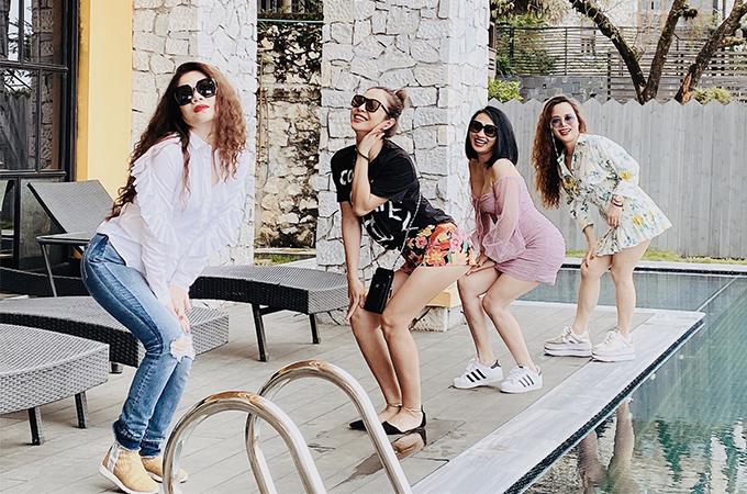 Jennifer Phạm tạo dáng hài hước cùng nhóm bạn thân. Ca sĩ Mỹ Dung (bìa trái) chơi cùng nhóm với Jennifer Phạm từ nhiều năm nay.