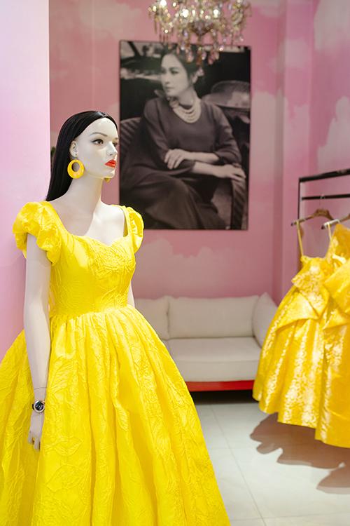 Theo nhà mốt Việt, cả hai đã dành thời gian set up không gian store để trưng bày và giới thiệu cho các khách mời VIP, các nghệ sĩ thử trước các thiết kế ứng dụng cho show diễn tại Huế.