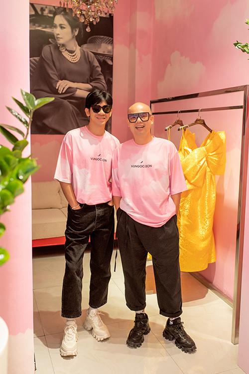 Trước thềm show diễn hai nhà thiết kế đã dành thời gian để trưng bày các thiết kế mới nhất nằm trong bộ sưu tập sắp ra mắt với giới mộ điệu.