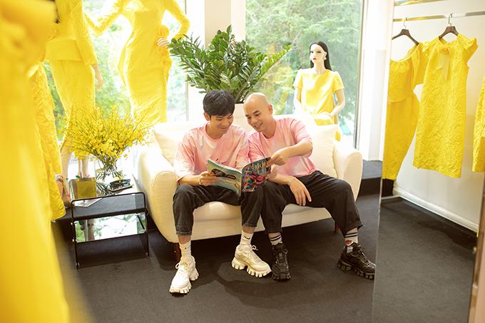 Qua một thời gian dài chuẩn bị, hai nhà thiết kế Vũ Ngọc và Son khởi động lại dự án tổ chức show diễn ca nhân sau khi bị dời lịch vì ảnh hưởng của dịch Covid-19.