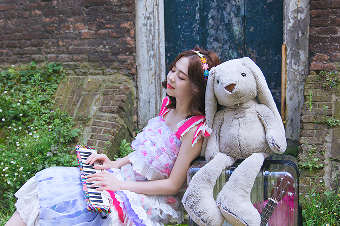 Liz Kim Cương mang thỏ bông đi du lịch trong MV mới.