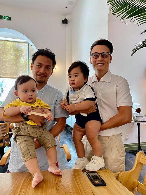 Hai ông bố bỉm sữa Hoàng Bách và rapper Tiến Đạt bên con trai.