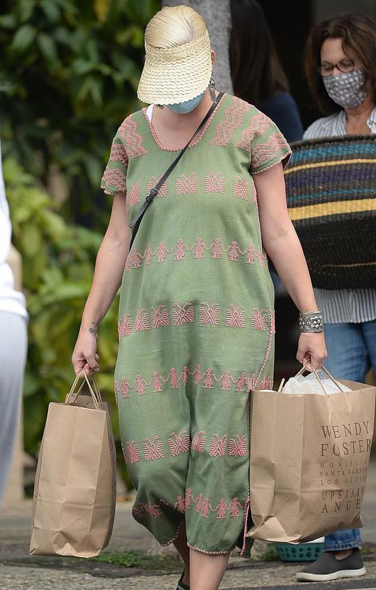 Đây là lần đầu Katy ra phố từ khi cô sinh con hôm 26/8. Cô đeo khẩu trang kín mít tránh dịch.