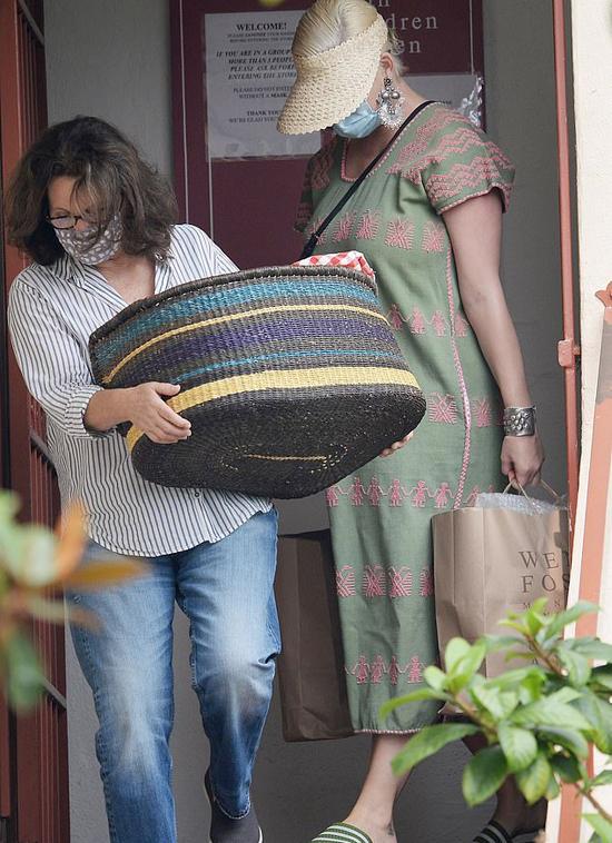 Katy Perry rời cửa hàng ở Santa Barbara, California hôm thứ 7 với rất nhiều túi đồ. Cô được các nhân viên bê đồ ra xe giúp.
