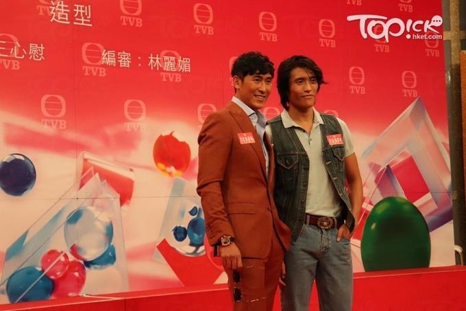 Tại họp báo, Mã Đức Chung luôn sát cánh con trai, cùng con trai trả lời báo chí.