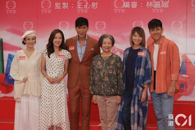 Dàn diễn viên phim Nhà mình không chuyện gì khó: Vương Quân Hinh, Đường Thi Vịnh, Mã Đức Chung, Bào Khởi TỊnh, Xa Uyển Uyển, Hồ Phỉ (từ trái qua).