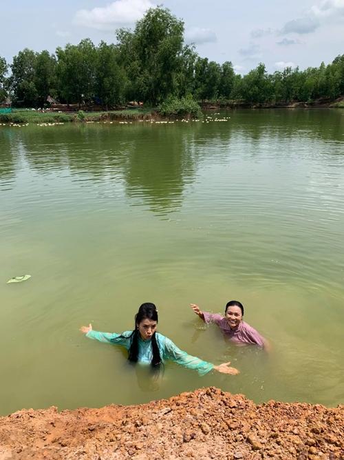 Dù quay giữa trưa và phải ngâm mình dưới sông lâu, hai diễn viên rất vui vẻ.