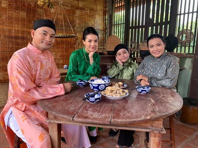 Huỳnh Đông, Jolie Phương Trinh, sao nhí Vương Hoàng Long và Phương Thanh trên phim trường Gái khôn được chồng