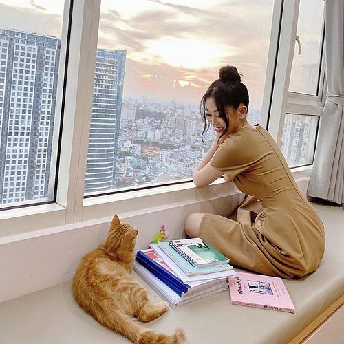 Hai chú mèo tắm nắng, á hậu Phương Nga bình luận về khoảnh khắc bình yên của mình.