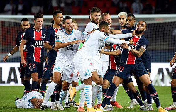Cầu thủ PSG và Marseille lao vào đánh nhau ở cuối trận khi Marseille đang dẫn 1-0. Ảnh: Reuters.