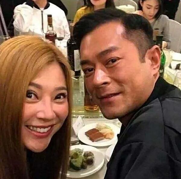 Phó Minh Hiến chụp ảnh cùng tài tử Cổ Thiên Lạc.