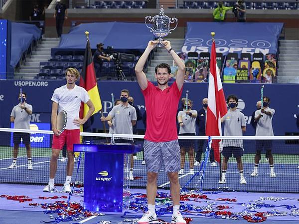 Dominic Thiem lần đầu vô địch một giải Grand Slam sau khi đánh bại đối thủ kiêm bạn thân kém 4 tuổi Zverev. Ảnh: EPA.