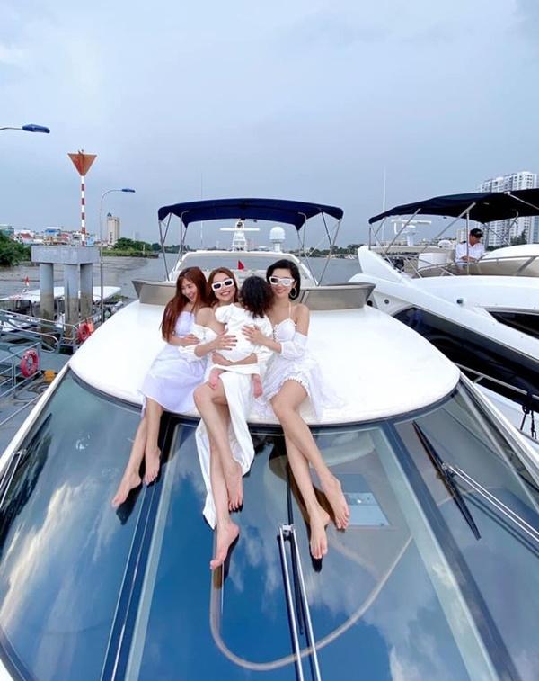 Thúy Ngân chill trên du thuyền sông Sài Gòn - 8