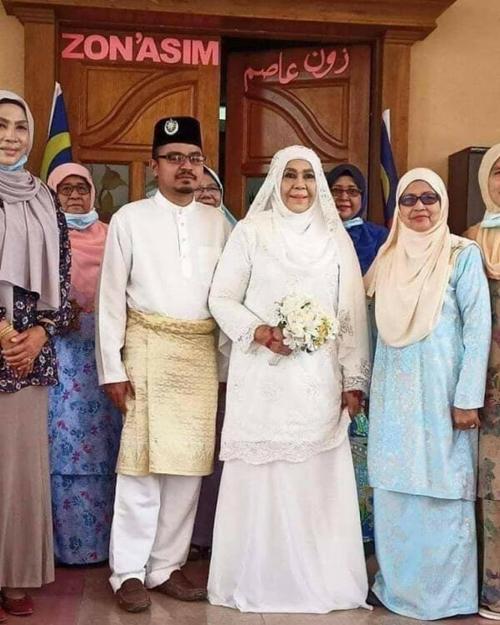 Vợ chồng bà Zaleha trong đám cưới hôm 11/9. Ảnh: Facebook.