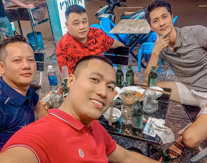Dù giải nghệ Quang Hoà, Anh Tuấn thỉnh thoảng vẫn gặp nhau ôn kỷ niệm xưa và học hỏi kinh nghiệm chăm con cùng các bố bỉm sữa khác.