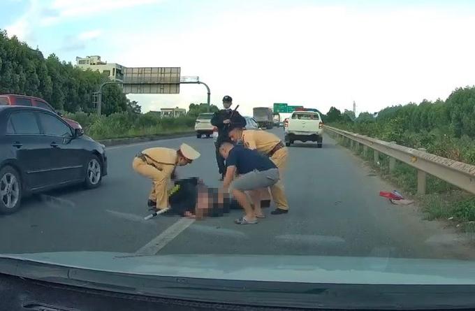 Cảnh sát cơ động bị ôtô chèn qua sau 1 km bám cần gạt nước - Ngôi sao