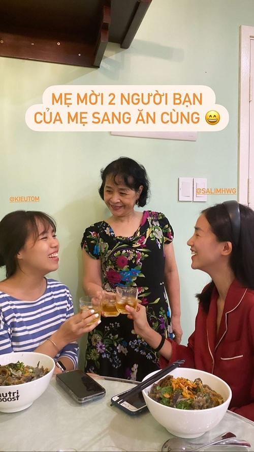 Mẹ Chi Pu thân thiết với hai người bạn của con gái.