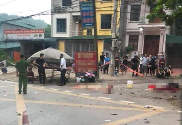 Hiện trường vụ va chạm giữa ôtô 7 chỗ và xe máy đèo ba làm ba người thiệt mạng tại Phú Thọ sáng 15/9.