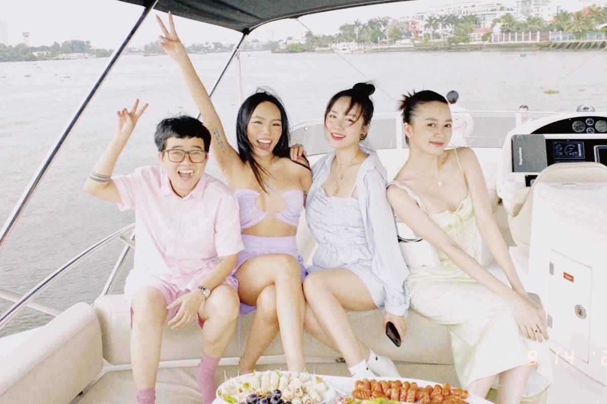 Nhạc sĩ Phương Uyên (trái),
